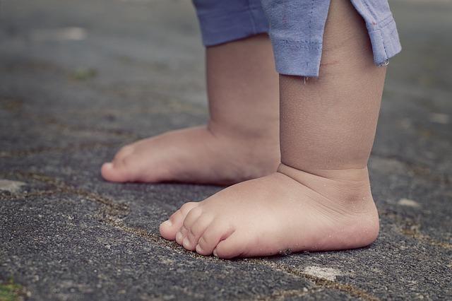 dětské bosé nohy