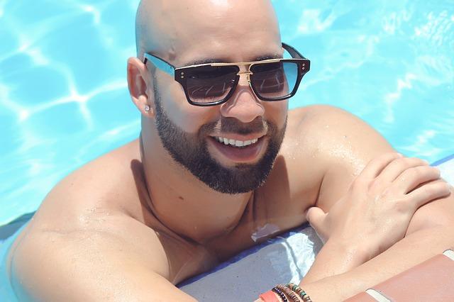 muž s brýlemi v bazénu.jpg