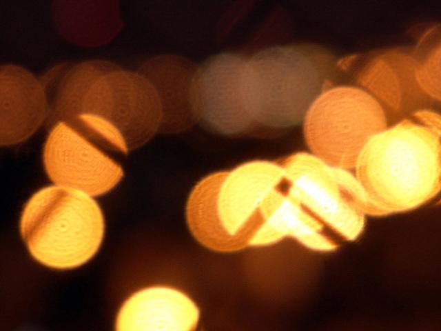 žlutá světýlka kulatá v pozadí do hnědé barvy