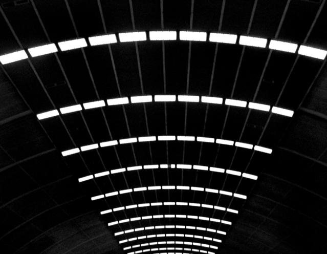 na stropě spousta světem do vějíře vedle sebe svítí bílým světlem