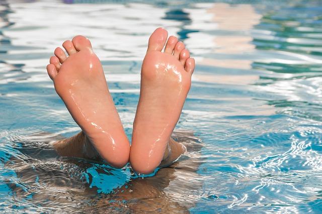 Nohy čouhající z vody