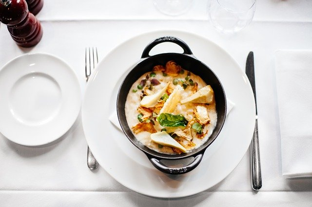připravená polévka na talíři