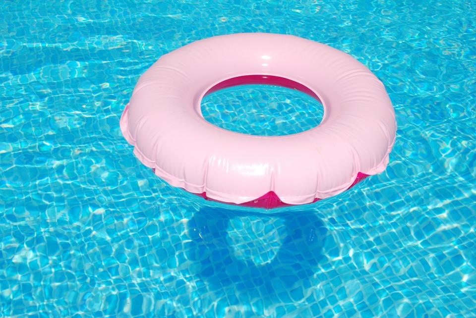 Bazénová hadice patří k základním pomůckám pro provoz bazénu